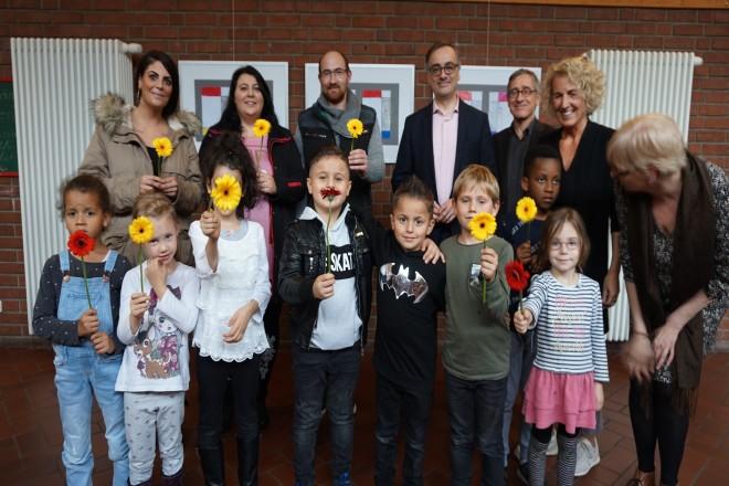 Muchtar Al Ghusain, Kita-Leitung Susanne Breyer, Kunstpädagogin Susanne Knöner und Kinder bei der Ausstellungseröffnung