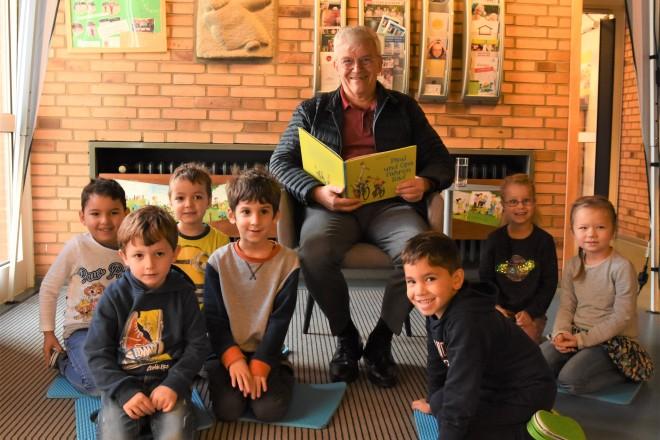 Dr. Herbert Lütkestratkötter, Kuratoriumsvorsitzender der Kinderstiftung Essen, las den Kindern der Kita Barthel-Bruyn-Straße vor. Foto: Kinderstiftung Essen.