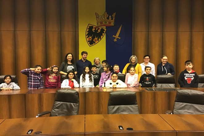 Kinder im Ratssaal