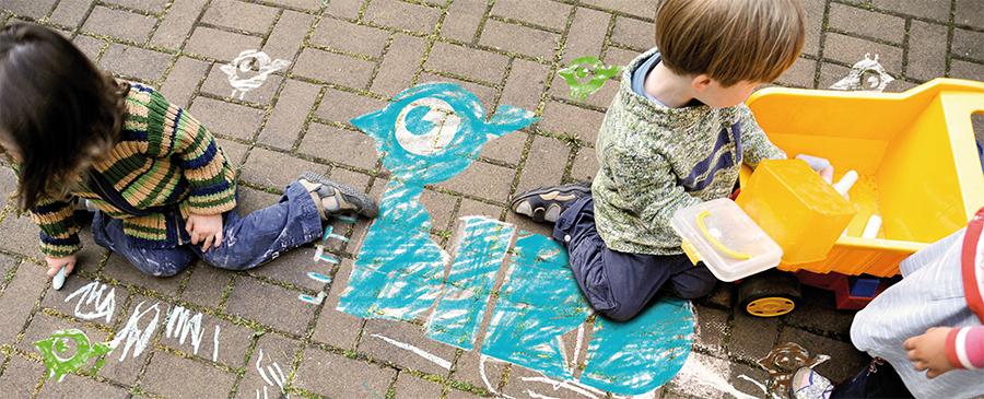 Logo von Little Bird mit Malkreide auf Straßenpflaster