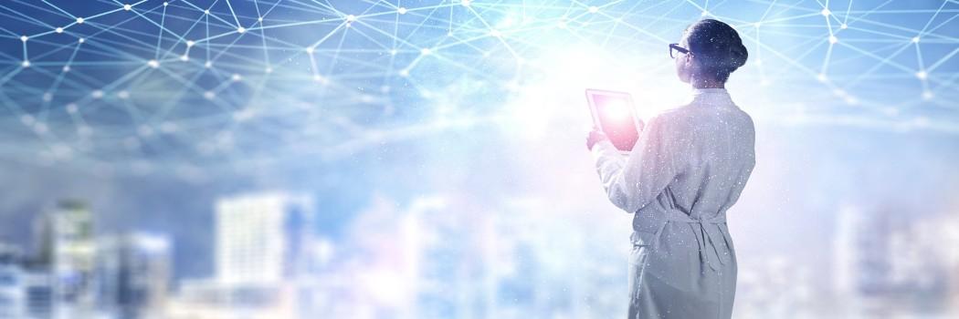 Bild: Ärztin mit Tablet in der Hand