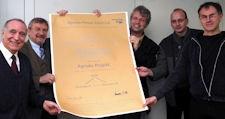 Foto: KAKTUS-Mitglieder erhalten Urkunde vom Agenda-Forum