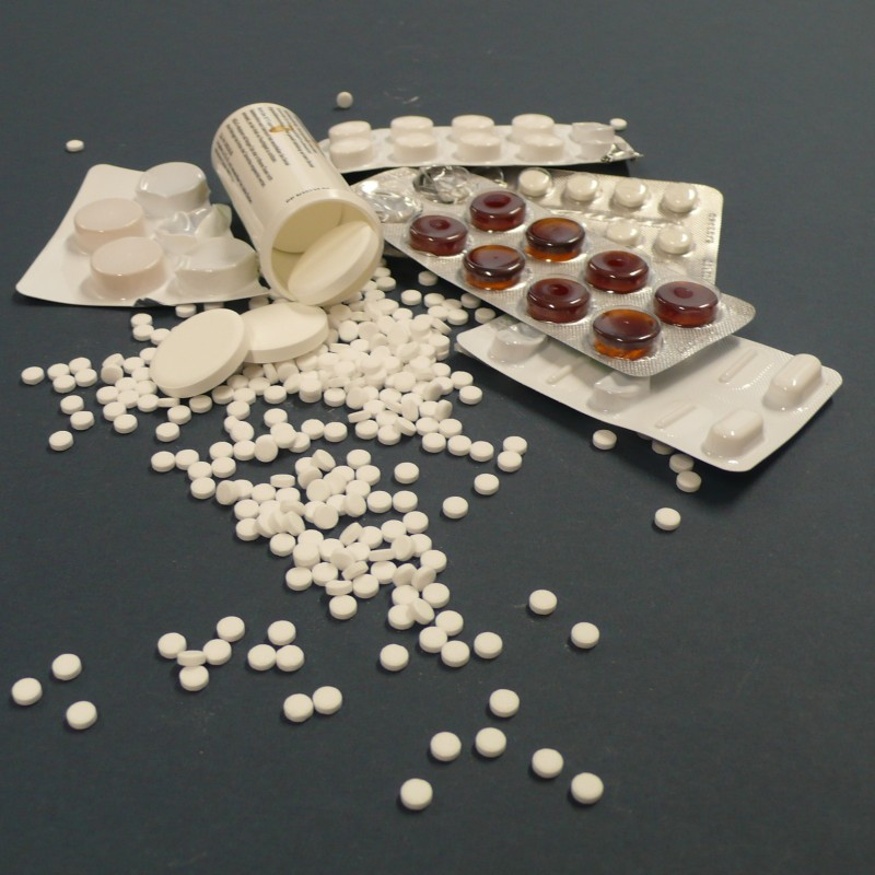 Foto: Tabletten und Pillen, teils in Blisterverpackung