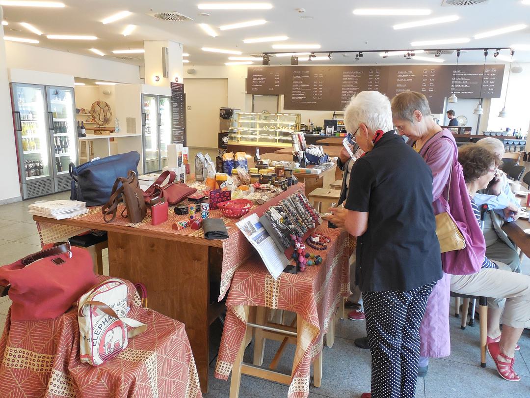 Foto: Ältere Damen an einem Stand mit Schmuck, Taschen etc. in einer Gastronomie