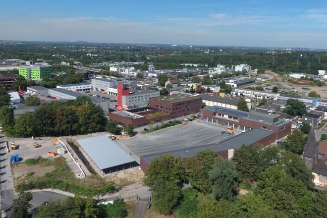 Foto: Luftbild aus südlicher Sicht auf die Feuerwache Essen an der Eisernen Hand 45. Rechts im Bild das neue Ausbildungszentrum am Barbarakirchgang.
