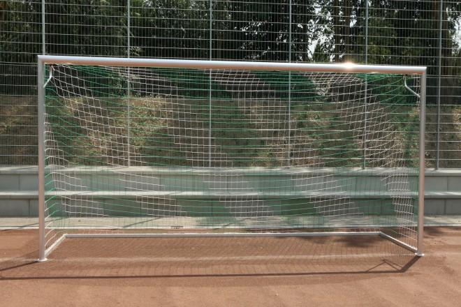Foto: Neues Fußballtor auf dem sanierten Ersatzsportplatz der Gesamtschule Bockmühle.