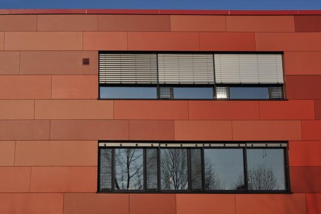 Foto: Detailansicht der Fassade und Fenster des Erweiterungsneubaus Gymnasium Essen-Überruhr