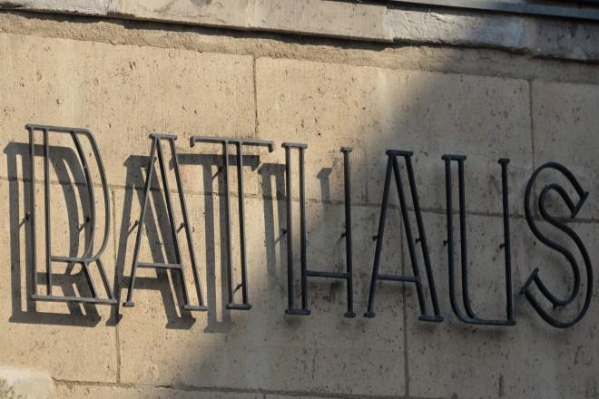 Foto: Schriftzug Rathaus aus Metall auf der Natursteinaußenfassade im Eingangsbereich des Rathauses Kettwig