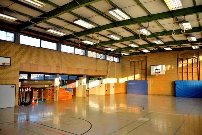Foto:Turnhalle Beisingstraße, Innenansicht der Halle und des Geräteraumes