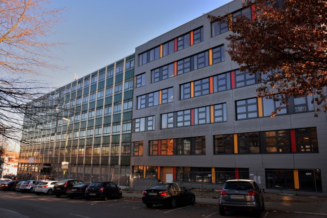 Foto:Fassadenansicht des Heinz-Nixdorf-Berufskolleg in Essen. Der rechte Fassadenteil wurde bereits saniert, der linke Teil zeigt den Erneuerungsbedarf.