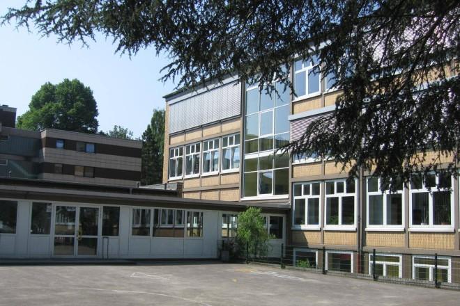 Foto: Sternschule, Blick vom Schulhof auf Hauptgebäude und Pausenhalle