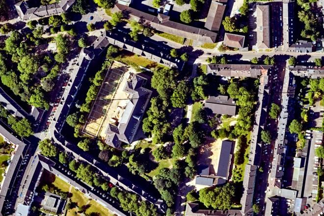 Luftbild: Ehemalige Schule inmitten der Siedlung Bärendelle