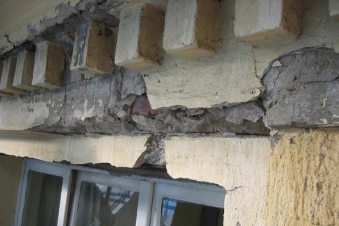 Foto Schäden an Fenstersturz und Zahnschnitt am Traufgesims