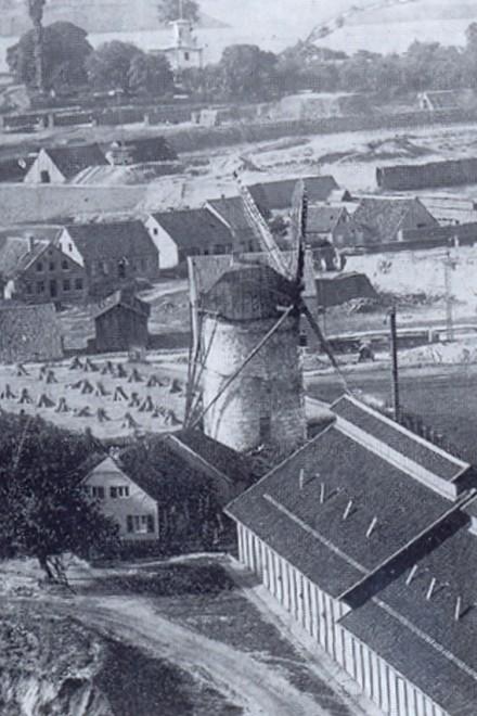 Das Bild von 1883 zeigt die Schäfer-Windmühle kurz vor ihrem Abriss.