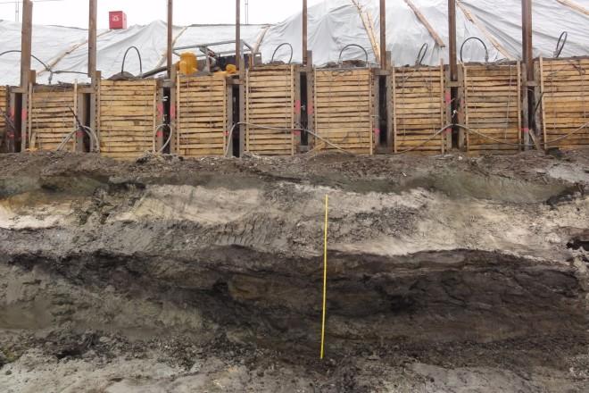 Foto: Der Blick in die Baugrube zeigt ein mächtiges helles Band, die so genannte Seekreide.