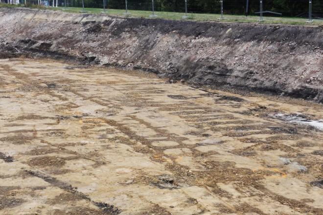 Foto: Deutlich erkennbare Spuren der alten Gleise im Lehmboden