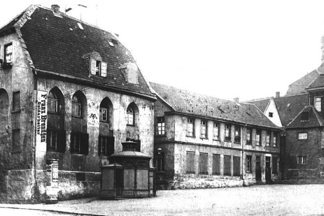Foto von 1878 mit der Kapelle (links) und daneben dem Kornspeicher