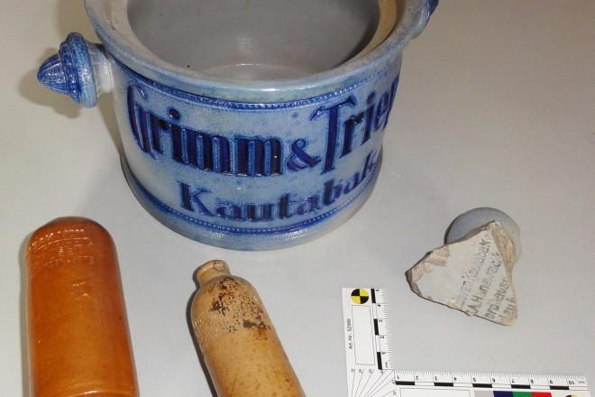 Foto: Tonfläschchen aus Kettwig, Fragment eines Kautabaktopfes sowie ein Topf zum Vergleich (Eigentum Dr. Hopp)