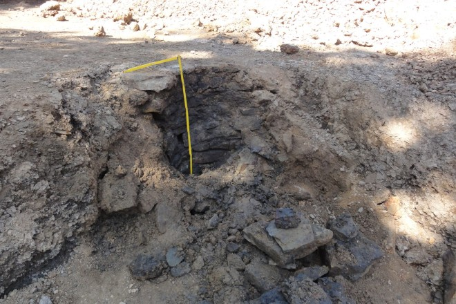 Foto: Der zum Teil beim Baggern zerstörte Brunnen