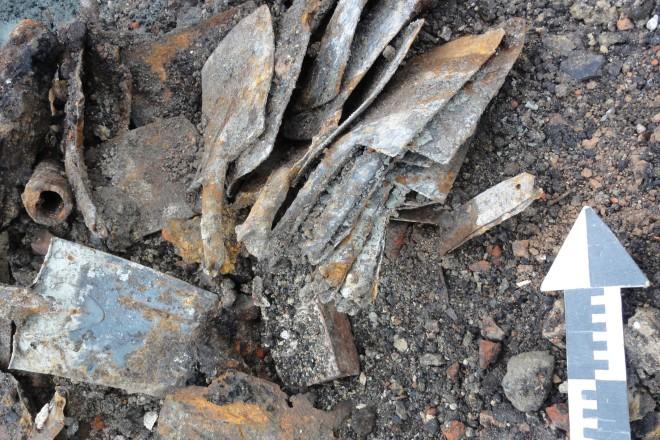 Foto: Einige der gefundenen Spaten, immer noch sorgfältig aufgeschichtet.