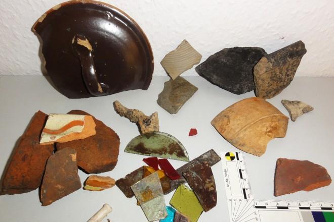 Foto: Auswahl von Funden der Untersuchung. Oben rechts das Fragment der mittelalterlichen Schale.