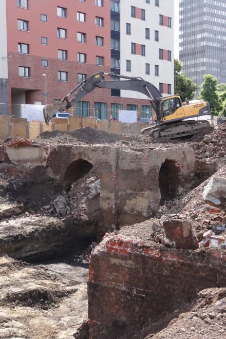 Foto: Blick in die Baugrube mit mächtigen Fundamenten des 19. Jahrhunderts