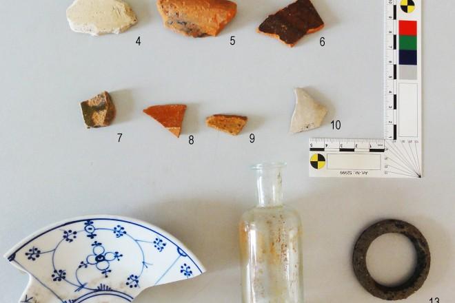Foto: Fundstücke; Klein, aber doch wichtig: Die Wandungsscherbe Pingsdorfer Art (oben links) ist der älteste Fund der Untersuchung.