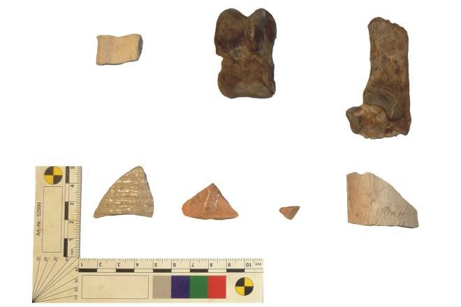 Abbildung: Mittelalterliche und neuzeitliche Funde von der Frankenstraße. Oben links das Fragment einer Henkelkanne (ca. 9. Jahrhundert).
