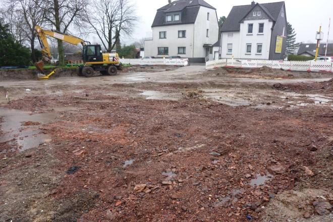 Foto: Blick auf das rot gebrannte Haldenmaterial auf der Baustelle des geplanten Busparkplatzes.