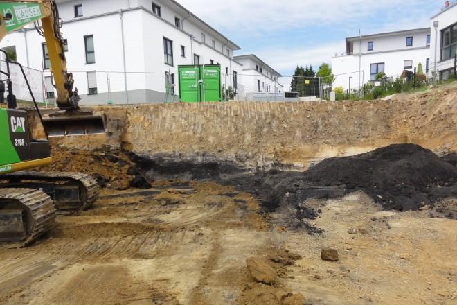 Foto: Blick in die Baugrube mit ausstreichenden Kohleflözen