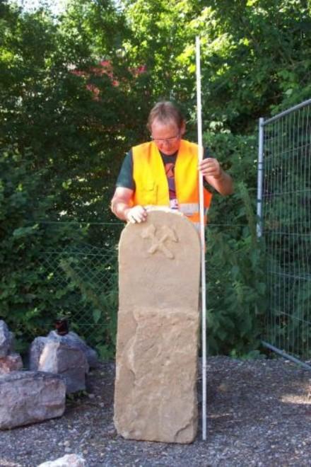 Foto: der Grenzstein wird vermessen