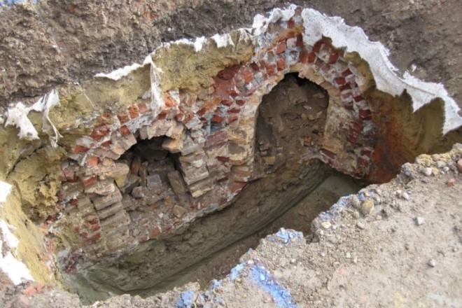 Foto: Blick in die Baugrube mit Kanälen