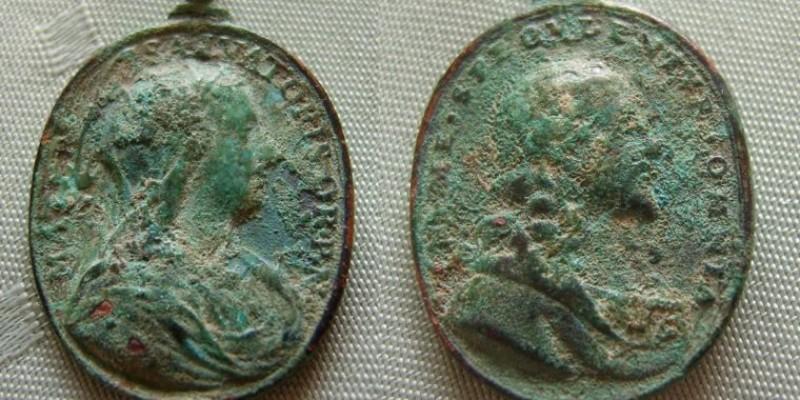 Ansichten: Vorder- und Rückseite der Medaille