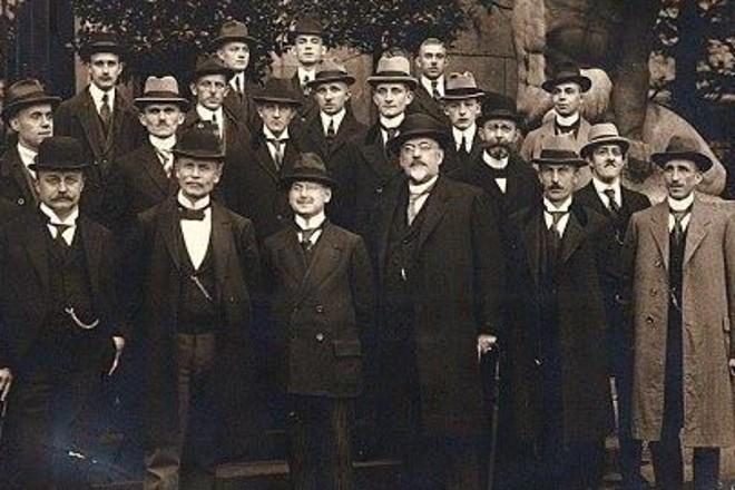Gruppe von Männern, die 1921 die Abschlussprüfung zum Vermessungstechniker bestanden haben.