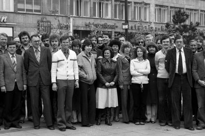 Gruppe von Menschen vor dem Deutschlandhaus