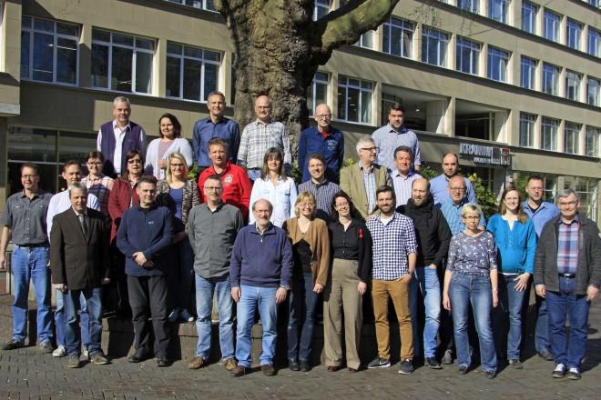 Vor dem Deutschlandhaus stehen die Mitarbeiterinnen und Mitarbeiter des Katasteramtes im Jahr 2017
