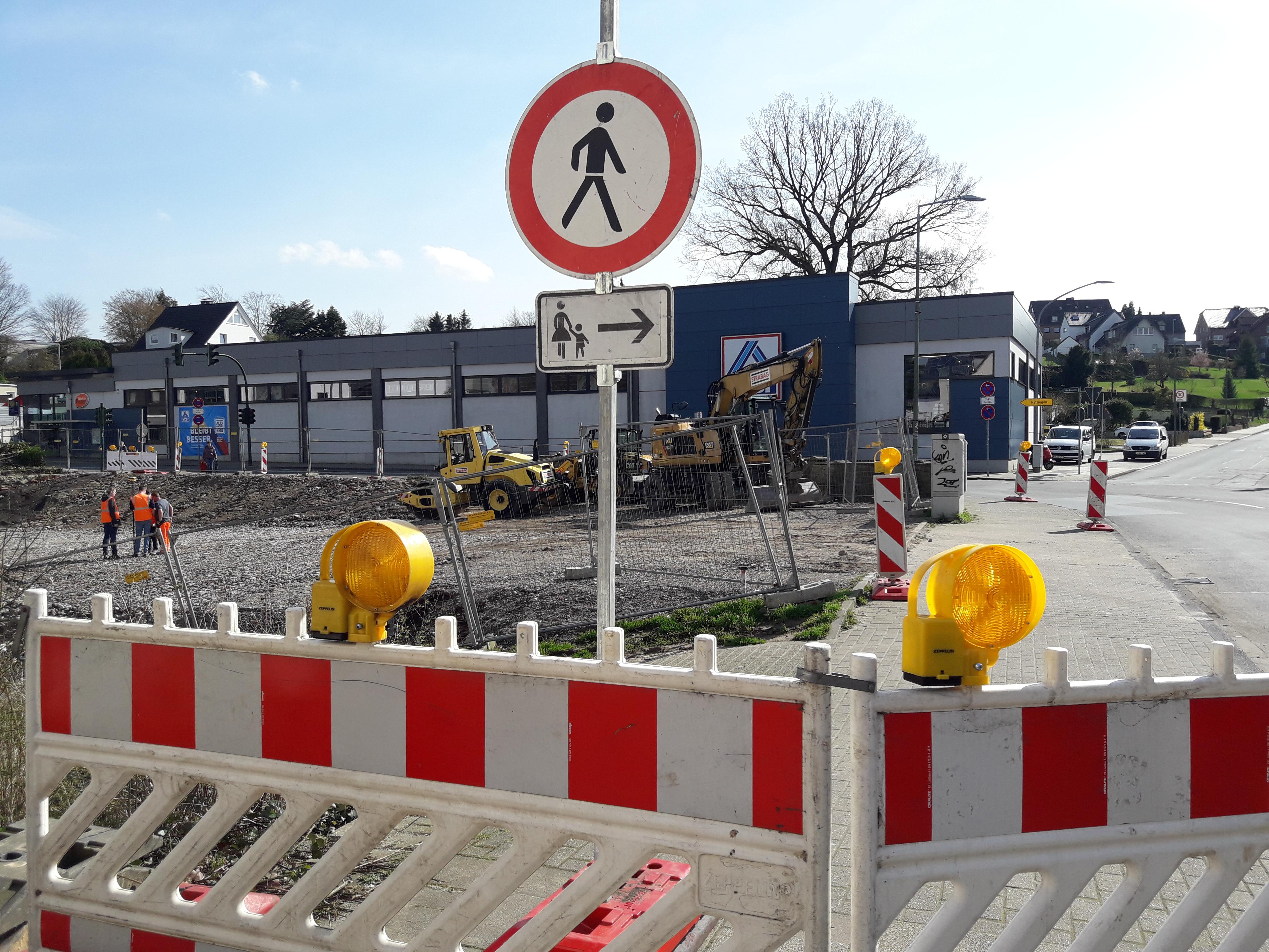 Foto: Absperrbaken und Verkehrsschild Fußgänger verboten