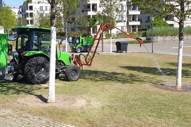 Baumbewässerung mit Schlepper