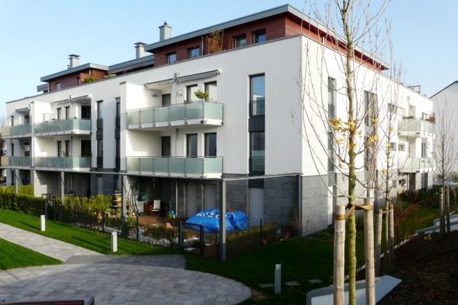 Foto einer Häuserzeile mit Balkonen