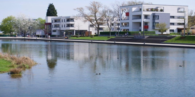 Der Niederfeldsee mit Neubauten Uferpromenade