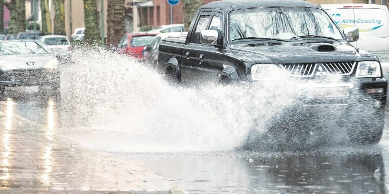 Foto: Straße nach einem Starkregen