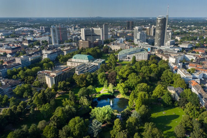 Luftbild: Essener Skyline mit Stadtgarten im Zentrum
