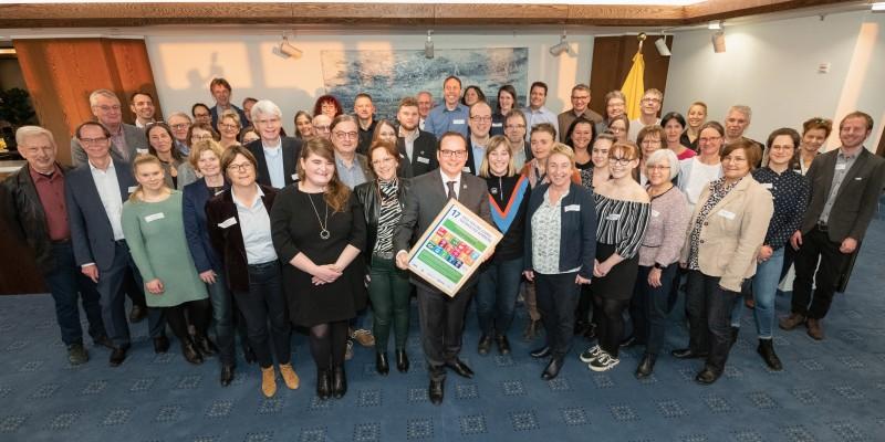 """Gruppenfoto der Steuerungsgruppe des Projekts """"Global Nachhaltige Kommune"""" mit dem Oberbürgermeister Thomas Kufen"""