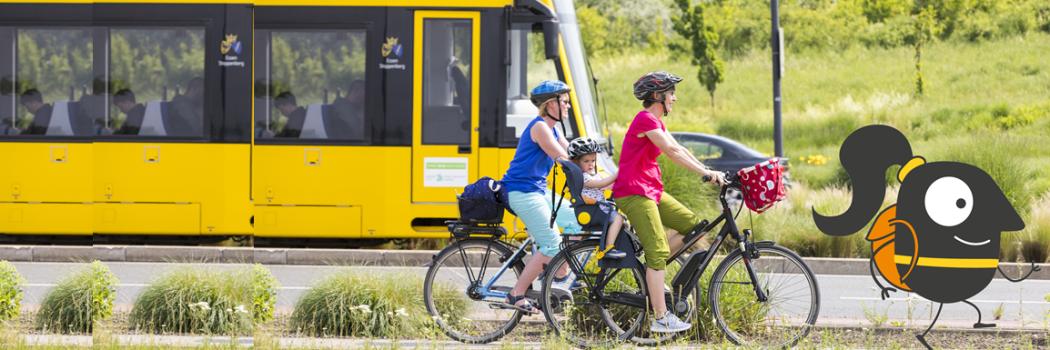 Fahrradfahrer vor einer Straßenbahn mit dem Logo der Europäischen Mobilitätswoche
