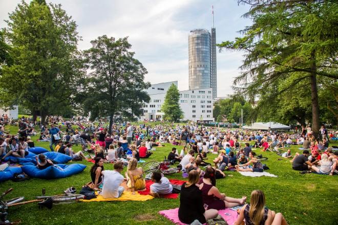 Veranstaltung im Park. Viele Menschen picknicken auf der Wiese