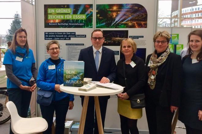 Oberbürgermeister Thomas Kufen mit den Volunteers sowie zwei Mitarbeiterinnen der Grünen Hauptstadt Agentur und der Essen Marketing Gesellschaft