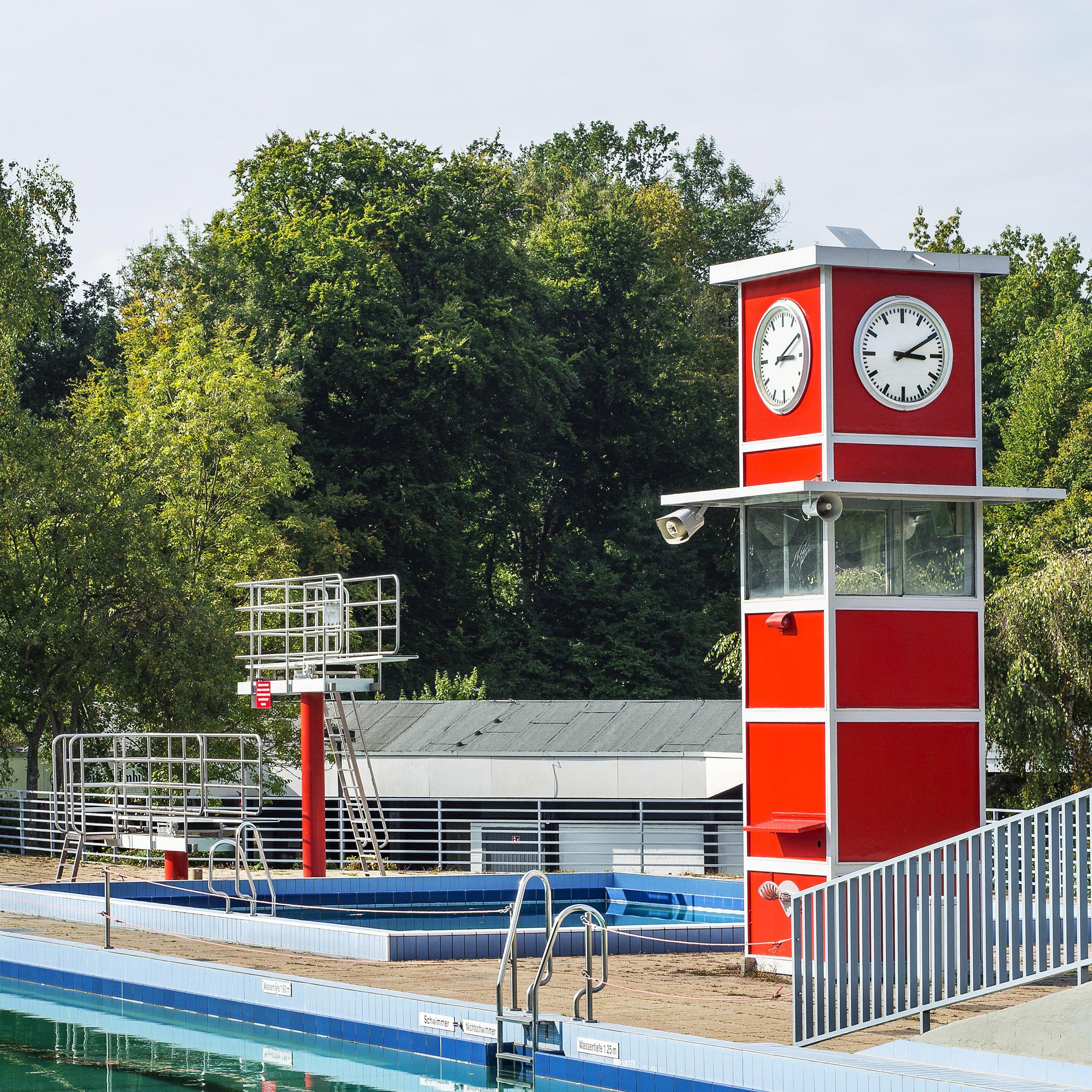 Foto: Sprungturm des Freibades im Bad und Sport und Oststadt