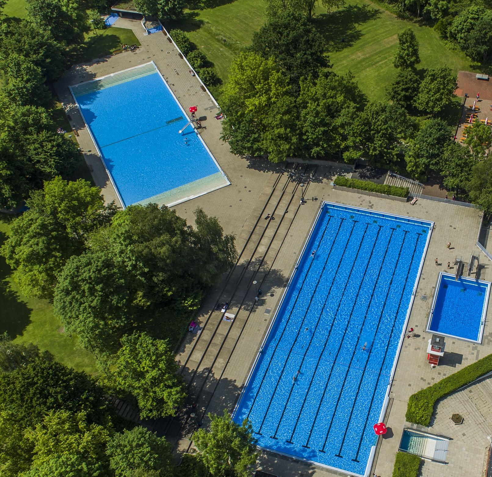 Foto: Blick auf alle Außenbecken des Bad und Sport Oststadt