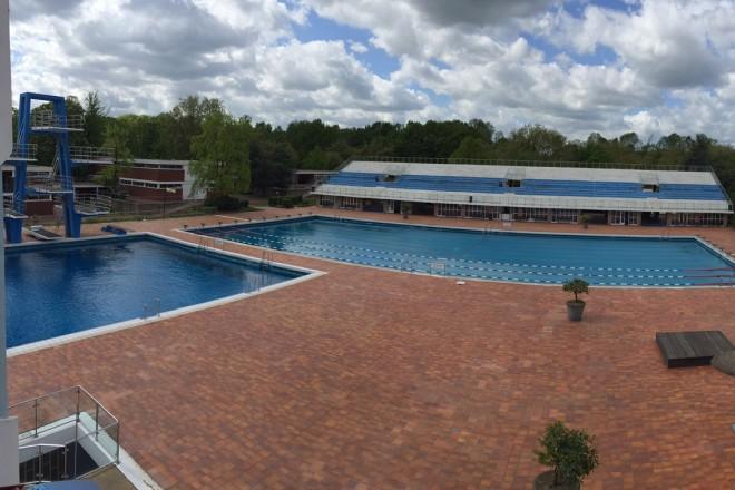 Foto: Schwimmbecken mit Blick auf die Tribüne