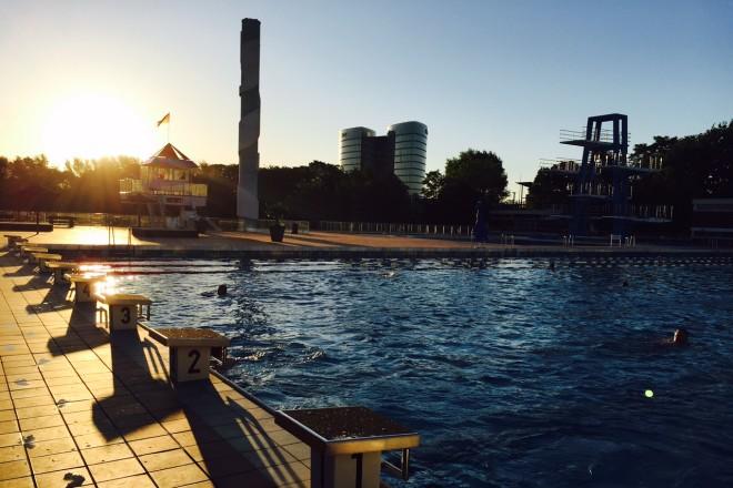 Foto: Schwimmbecken mit Sonnenuntergang